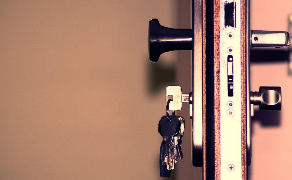 serratura porta blindata con chiavi vista di profilo