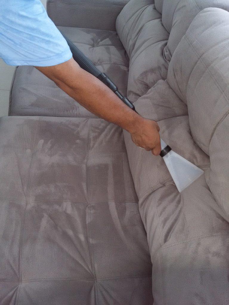 pulire divano dai pidocchi