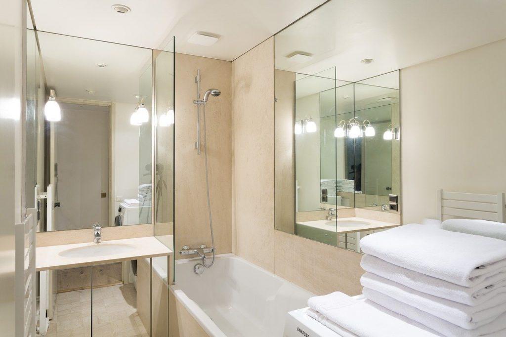 bagno con specchi