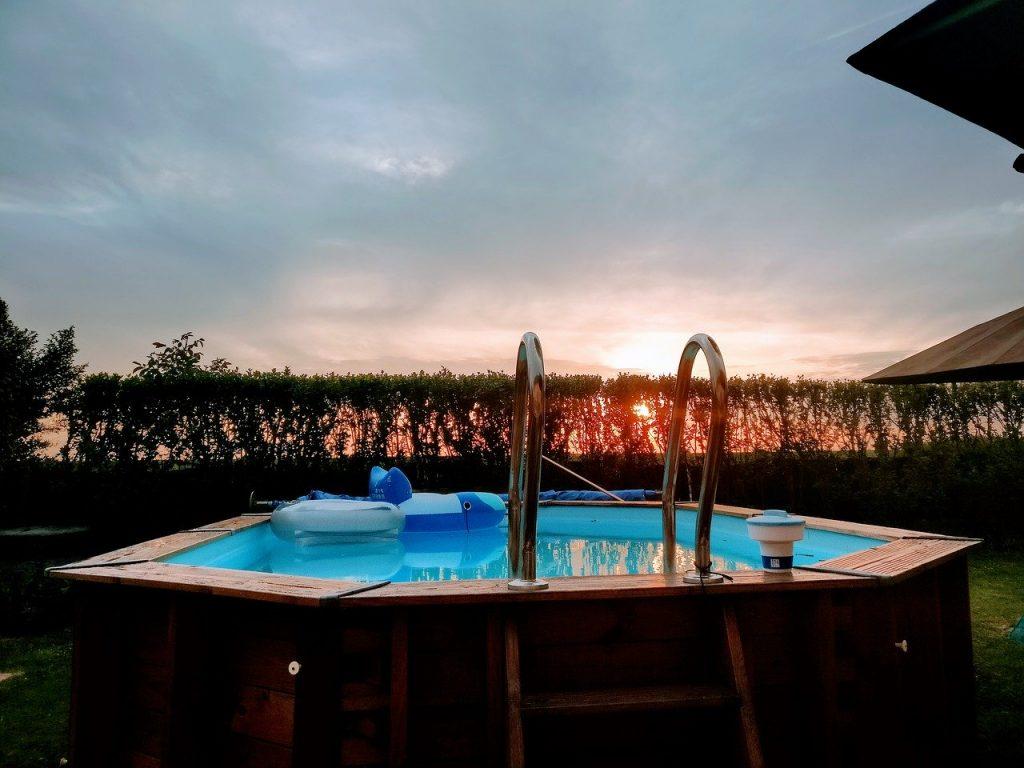 piscina fuori terra tramonto