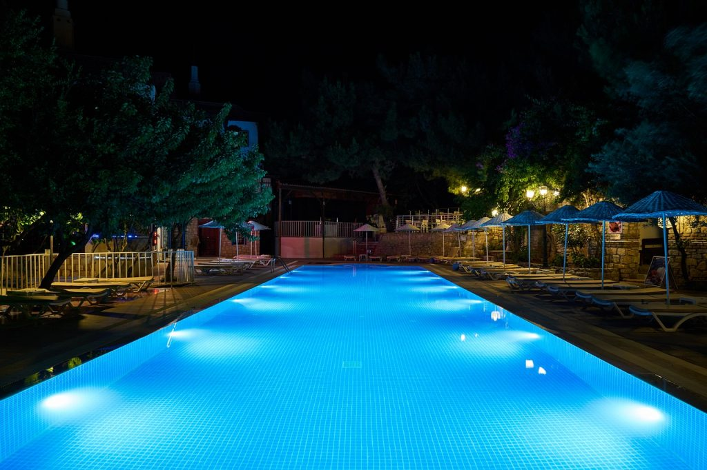 piscina illuminata