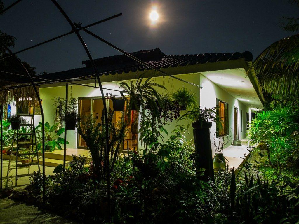 casa con giardino di notte