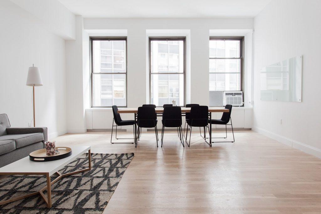arredamento in stile moderno con pavimento in parquet