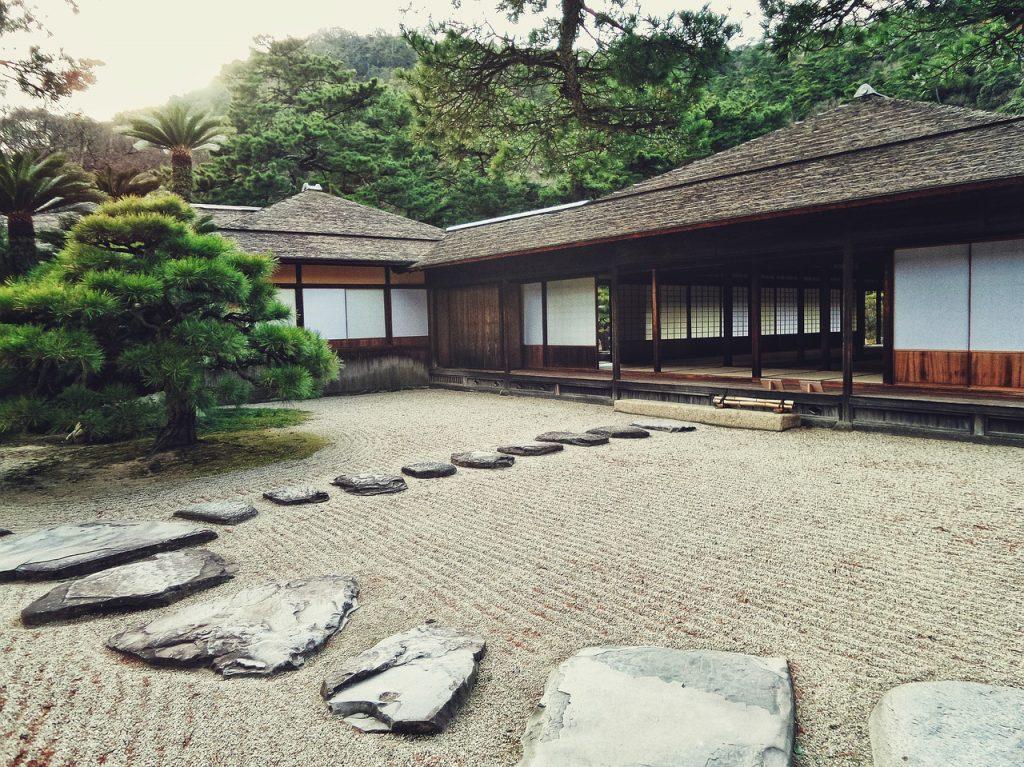 giardino giapponese con pavimentazione