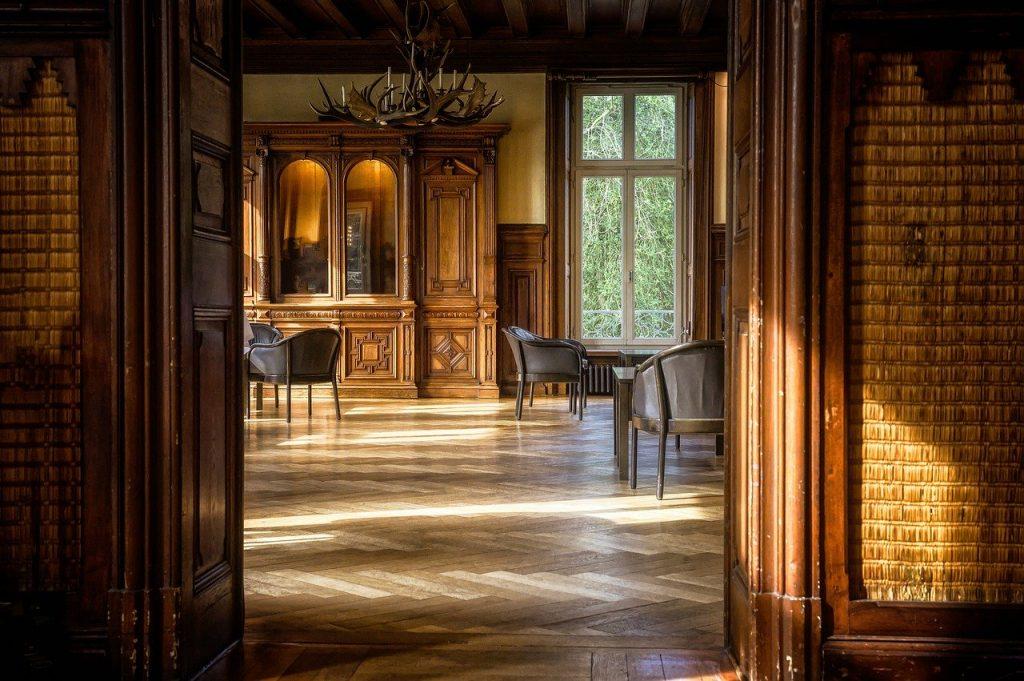 pavimento classico in legno scuro