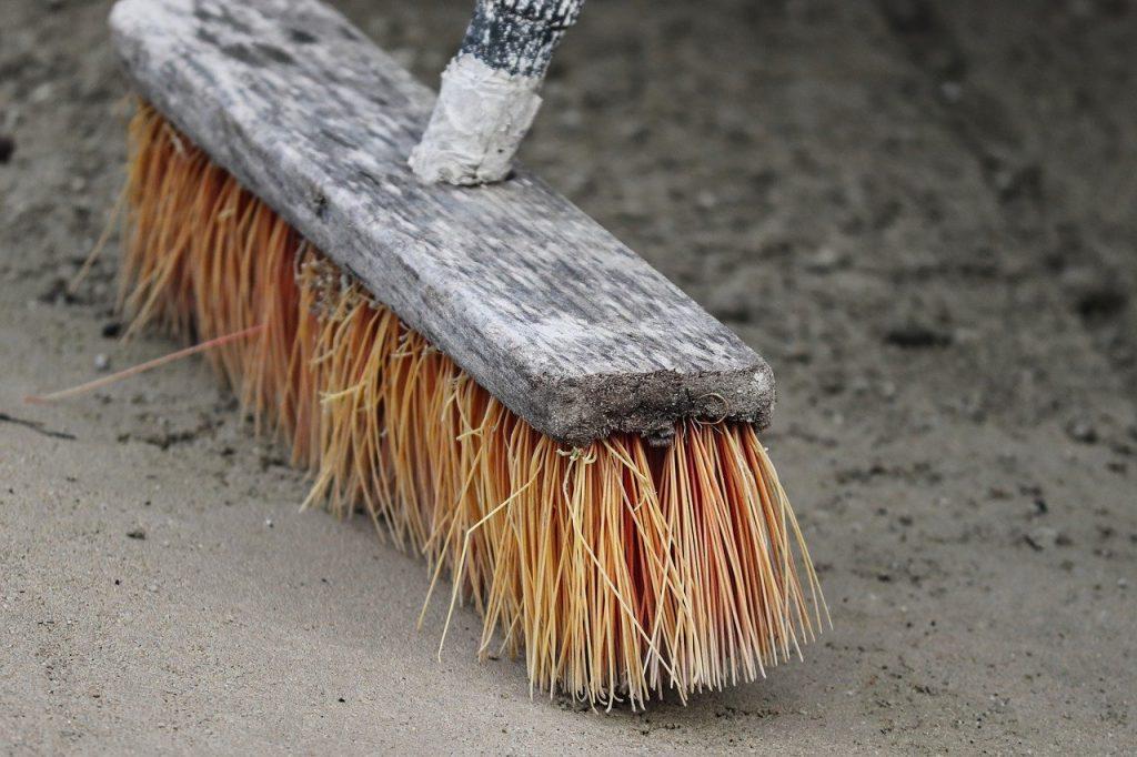 scopa per pulizia pavimentazione esterna