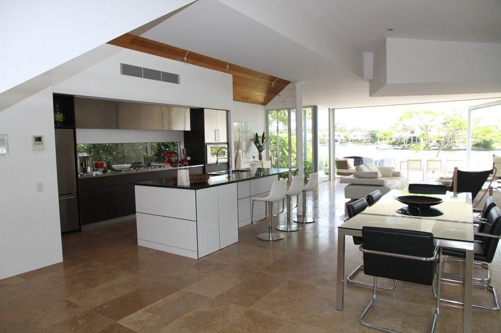 cucina con ampie vetrate