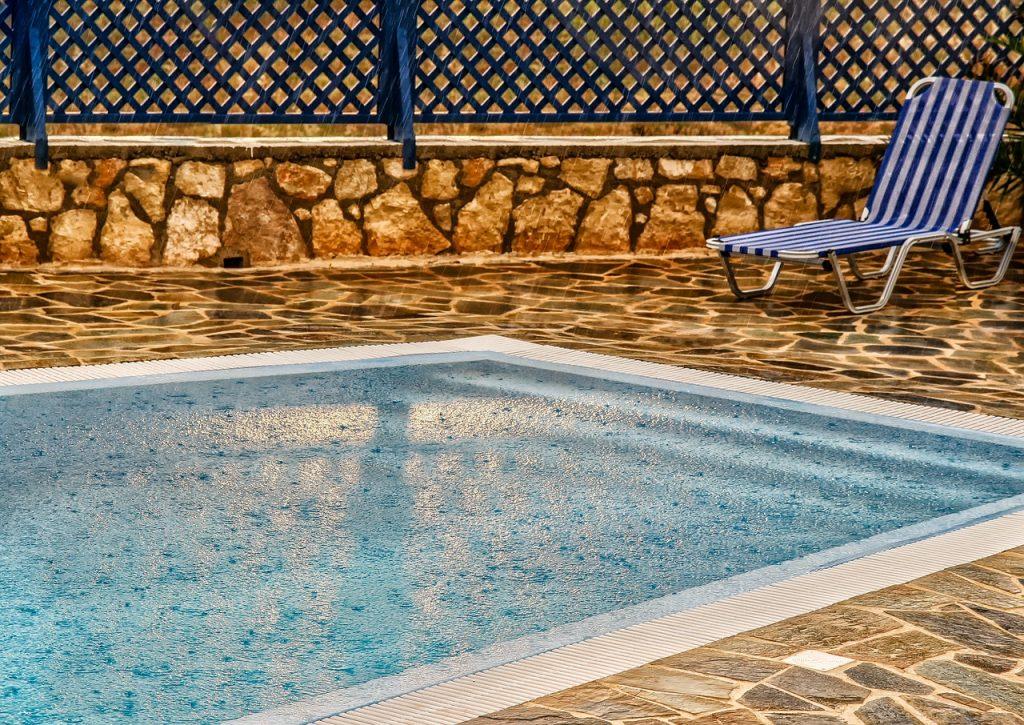 piscina esposta alla pioggia