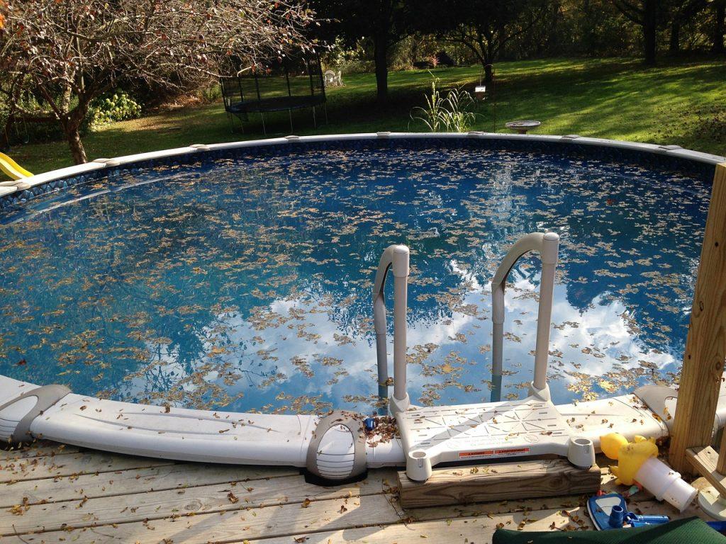 piscina sporca di foglie