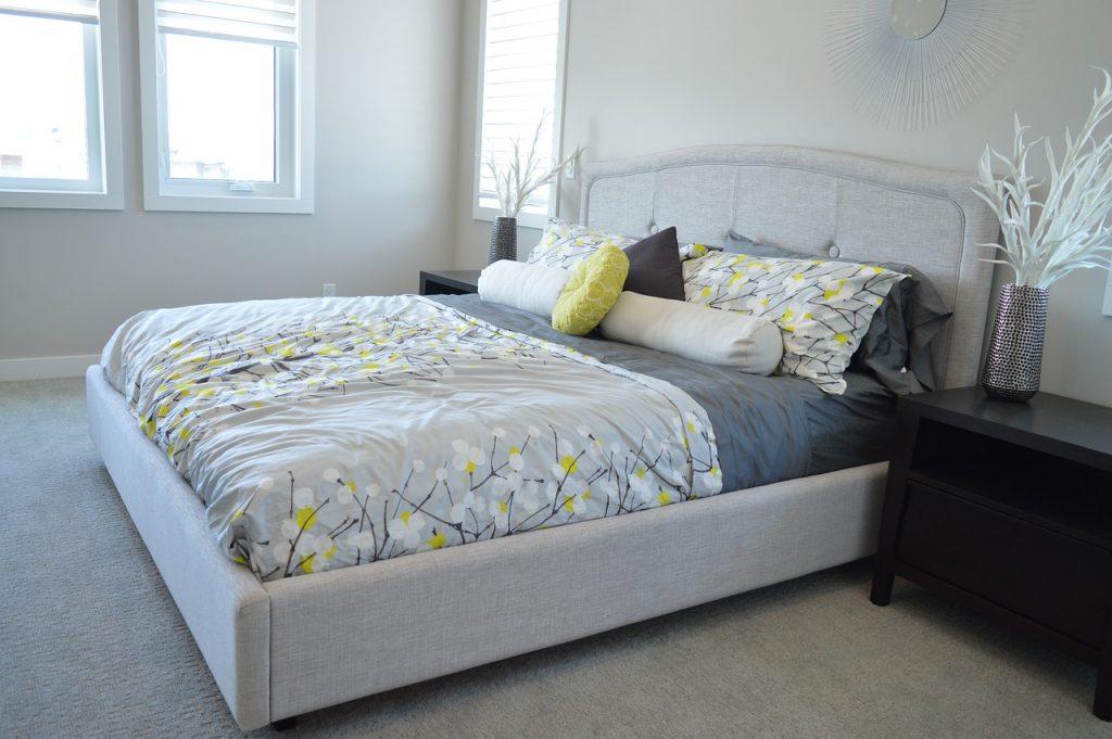 letto posizionato nella stanza