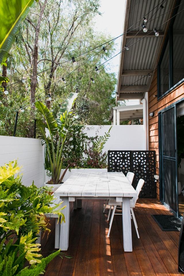 Terrazza con piante verdi e tavolo