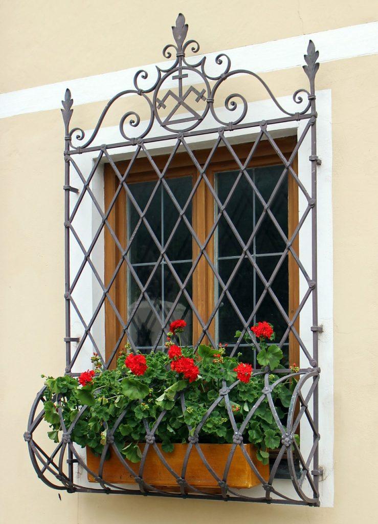grata di sicurezza finestra decorata
