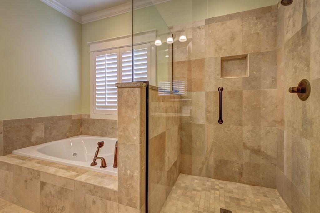 Bagno accessoriato con vasca e doccia