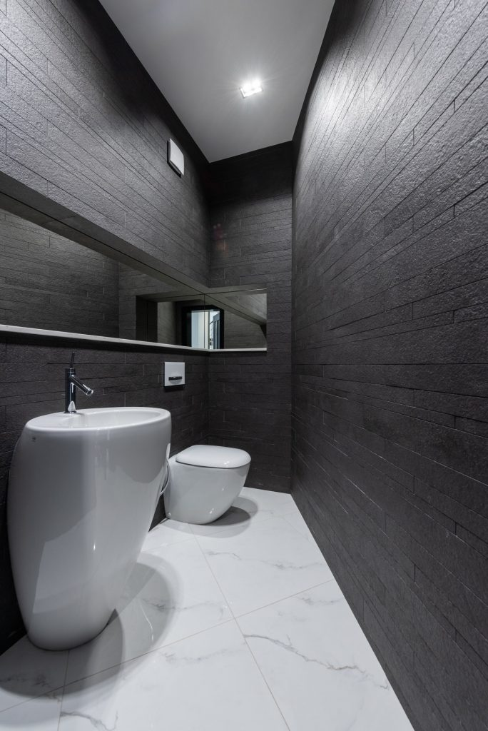 bagno lungo e stretto moderno