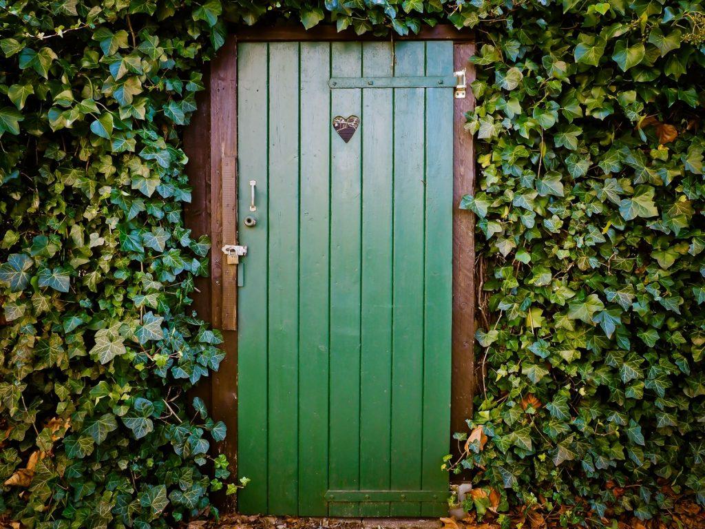 Porta dipinta in verde