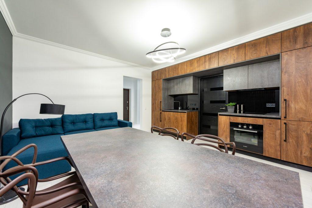 Sala con divano e cucina