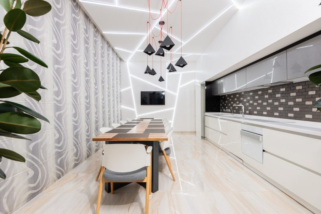 Sala da pranzo con tavolo e cucina
