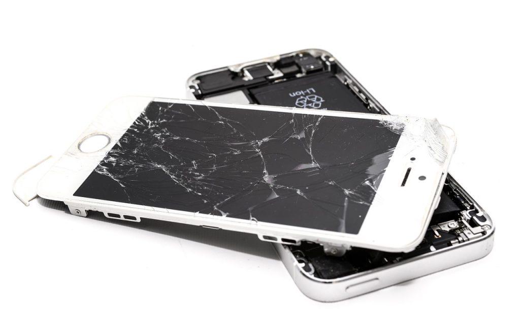 Smartphone bianco con vetro rotto