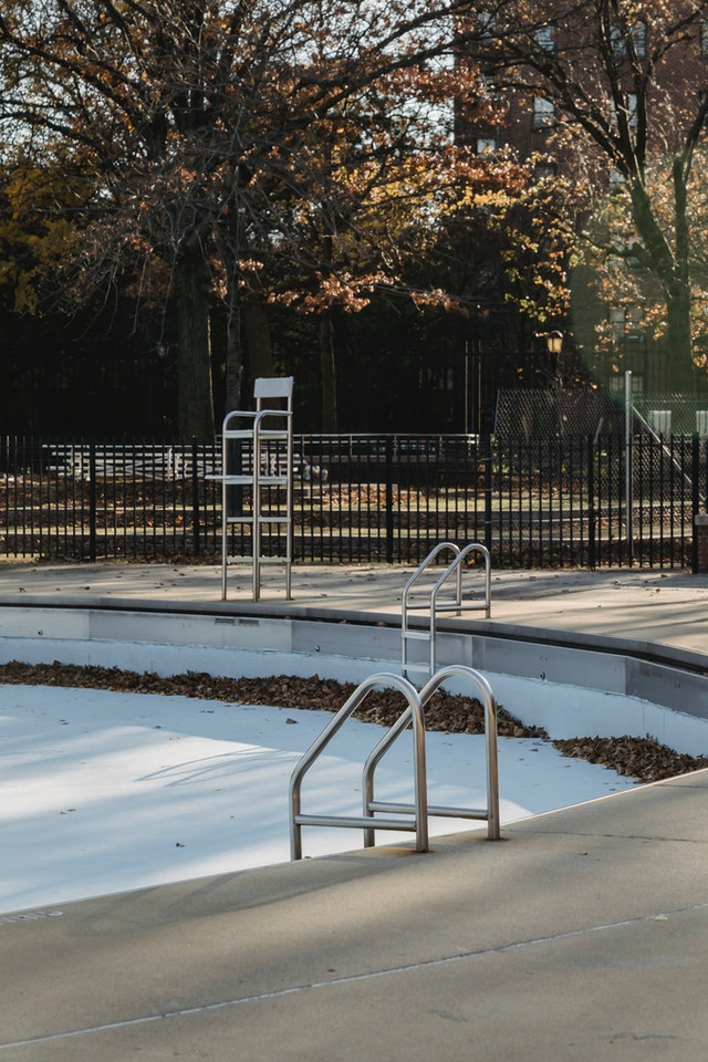 Manutenzione e pulizia piscina vuota