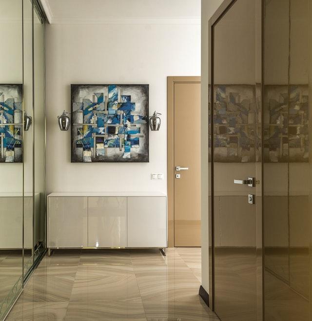 Quadro con disegni blu appeso a fine corridoio