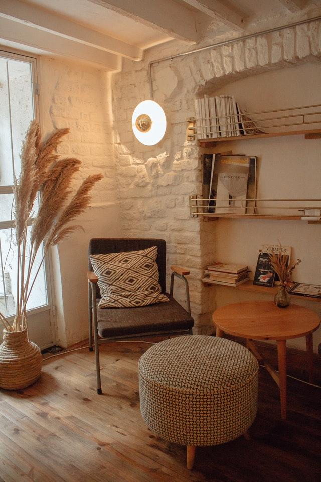 Tavolo tondo basso in legno marrone