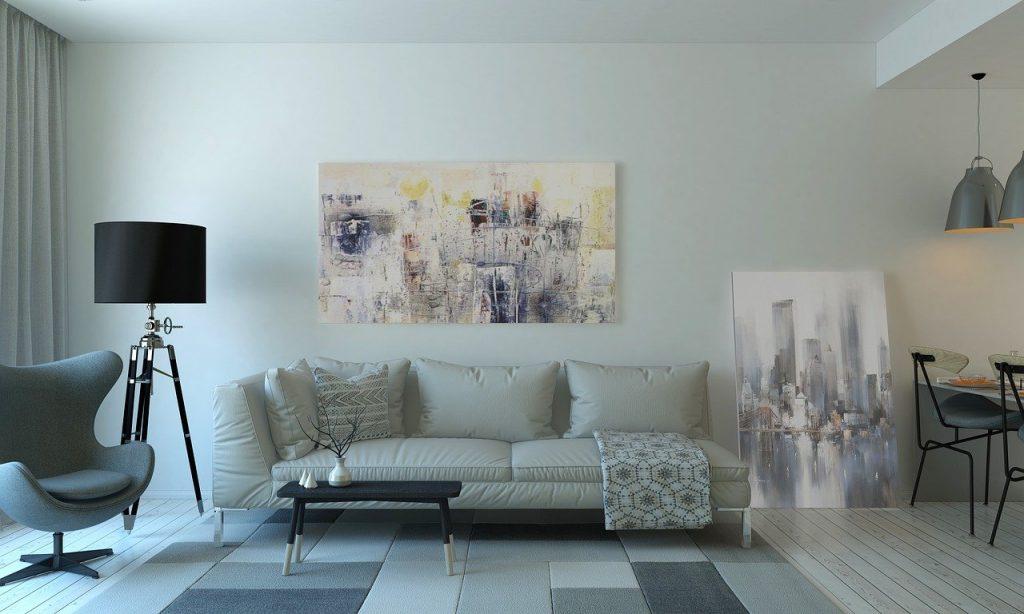 Casa arredata nei colori neutri del bianco e grigio