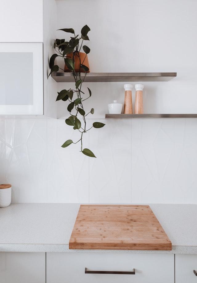 Mensole marroni senza staffe in cucina