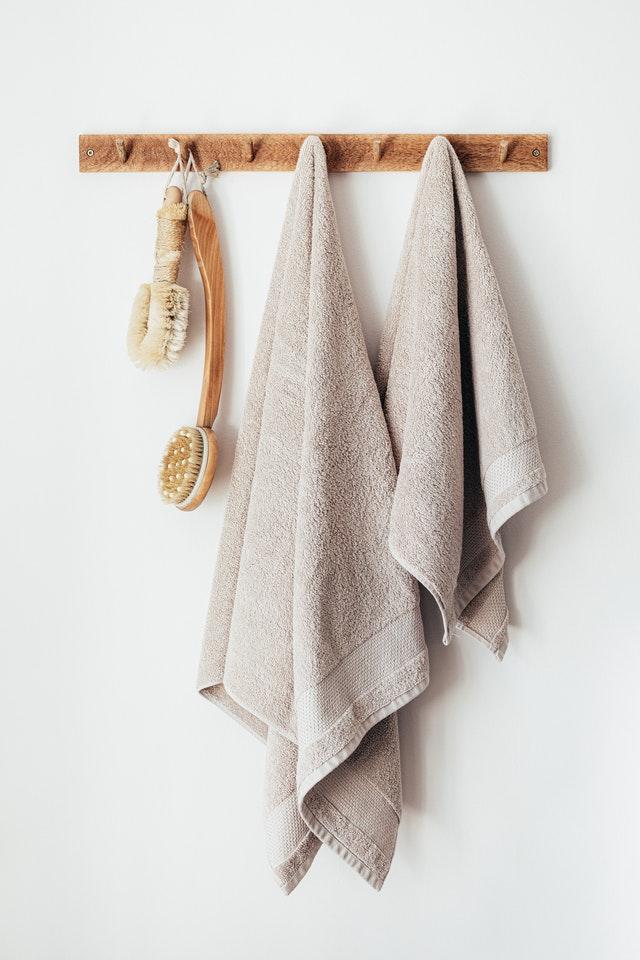 Appendiabiti piccolo in legno posizionato in bagno