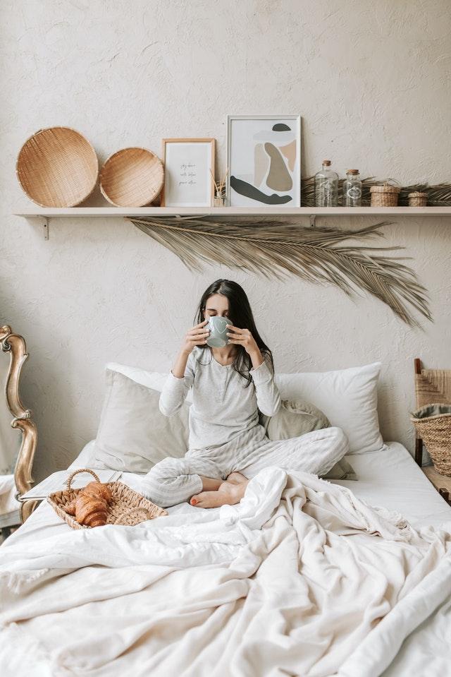 Camera da letto con parete sul bianco panna