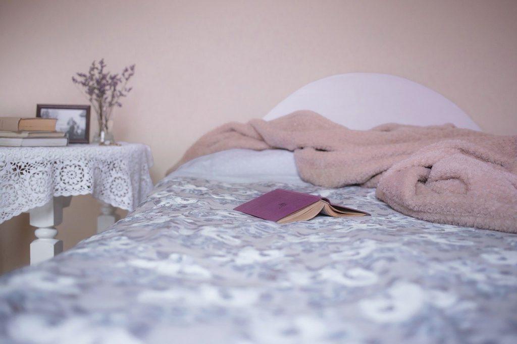 Camera da letto con pareti in rosa antico