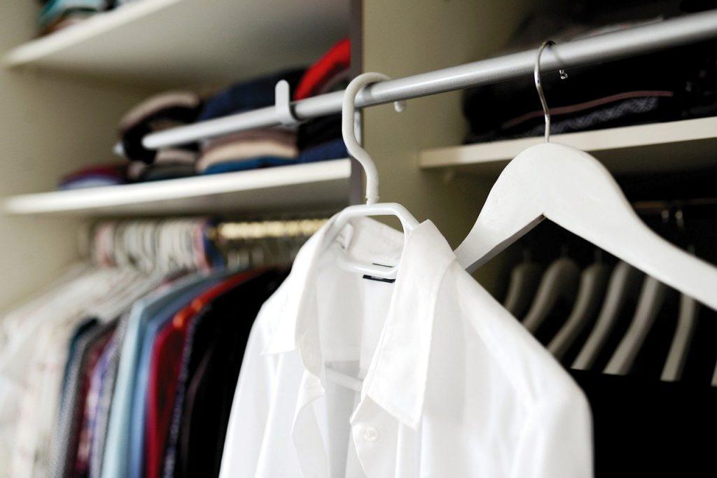 Camicia bianca appesa
