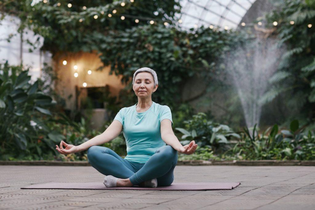 Yoga perfetta da fare in un giardino zen